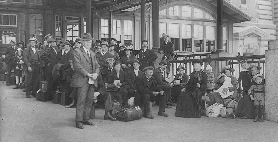 Immigrants awaiting examination, Ellis Island, ca. 1907−1921 (Library of Congress)