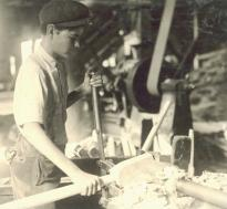 Teenager operating machinery, 1913, by Lewis Hine. (LC-DIG-nclc-04898)